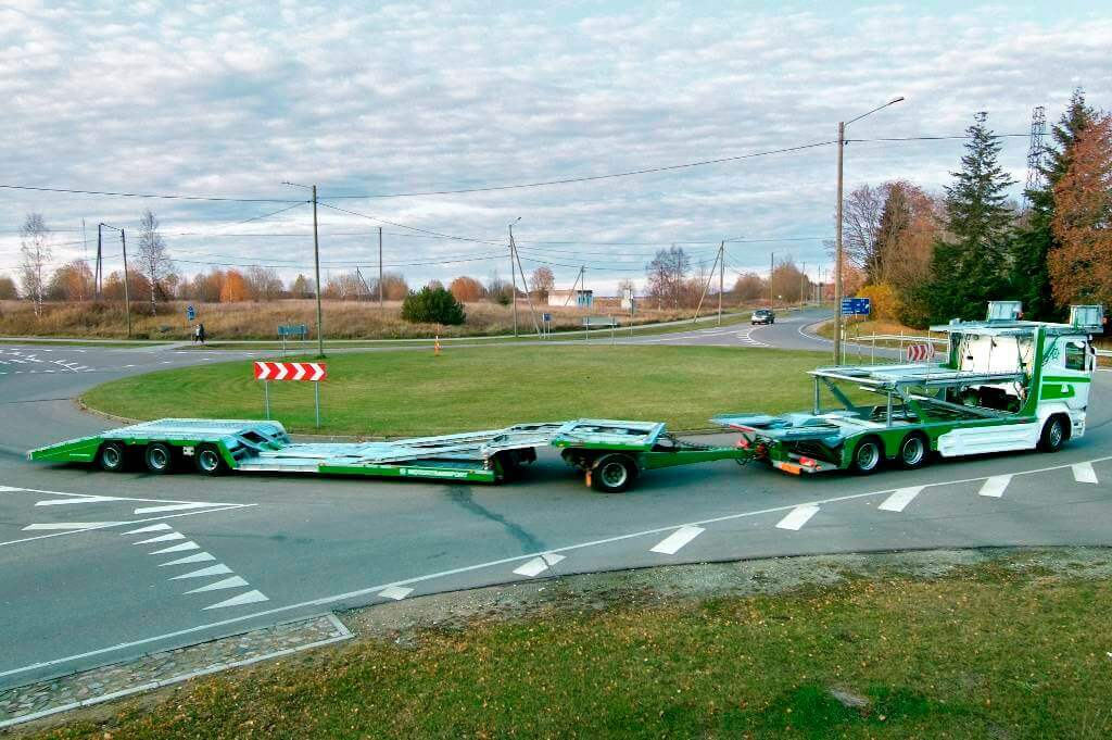 MEGATRANS combined with a MULTITRANS trailer on a roundabout